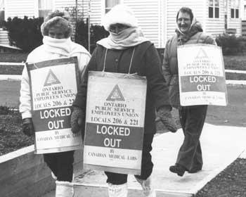 Trois membres du SEFPO protestent