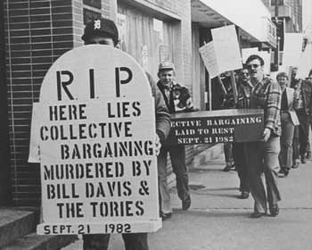 Membre de l'Union tenant une pancarte