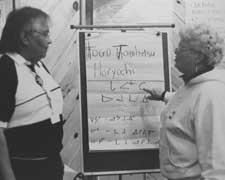 Deux membres du SEFPO écrivant sur un tableau à feuilles mobiles