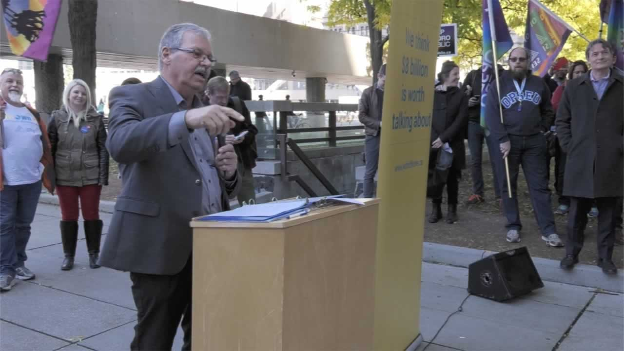 """OPSEU President Warren (Smokey) Thomas speaks during the """"pop up public meeting"""" about protecting public services from privatization."""