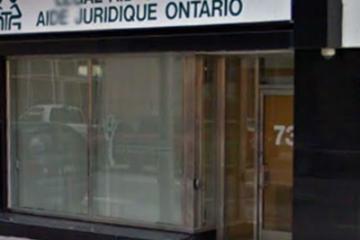 Les travailleurs de première ligne des cliniques d'aide juridique manifestent devant les bureaux des députés conservateurs de Toronto