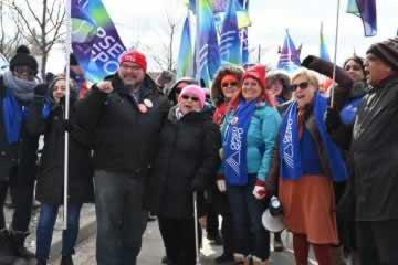 Le SEFPO se joint à la manifestation à l'extérieur du congrès des conservateurs