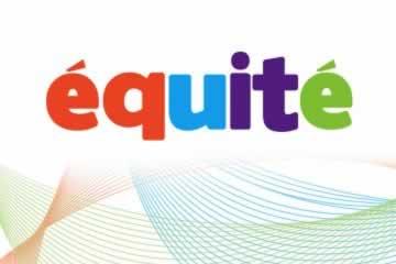 Logo de l'Équité écrit avec des lettres de différentes couleurs, rouge, bleu, violet, vert sur des courbes, des lignes bleues et vertes