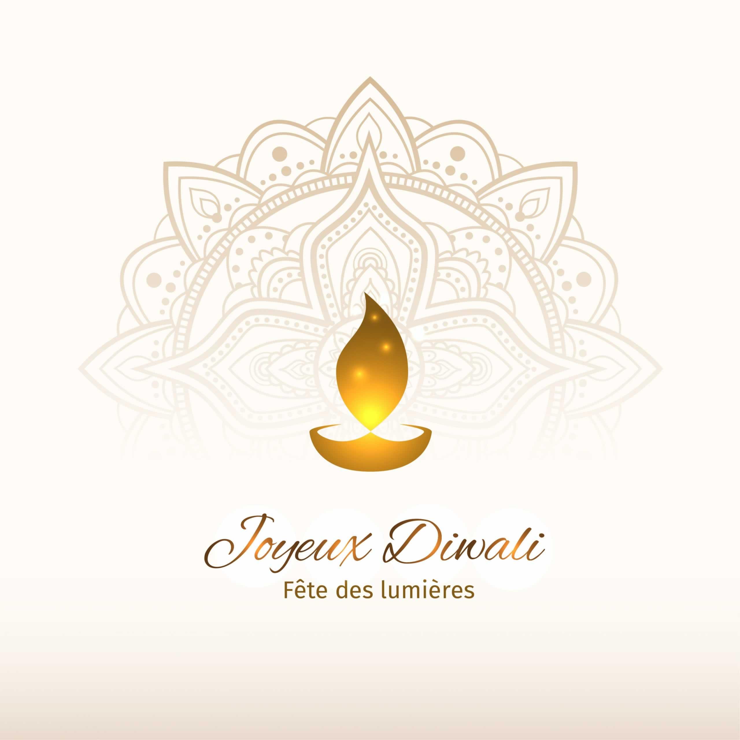 Une bougie sur une coupelle devant une couronne dorée et ornementée symbolisant Diwali, la fête des lumière dans la tradition hindoue