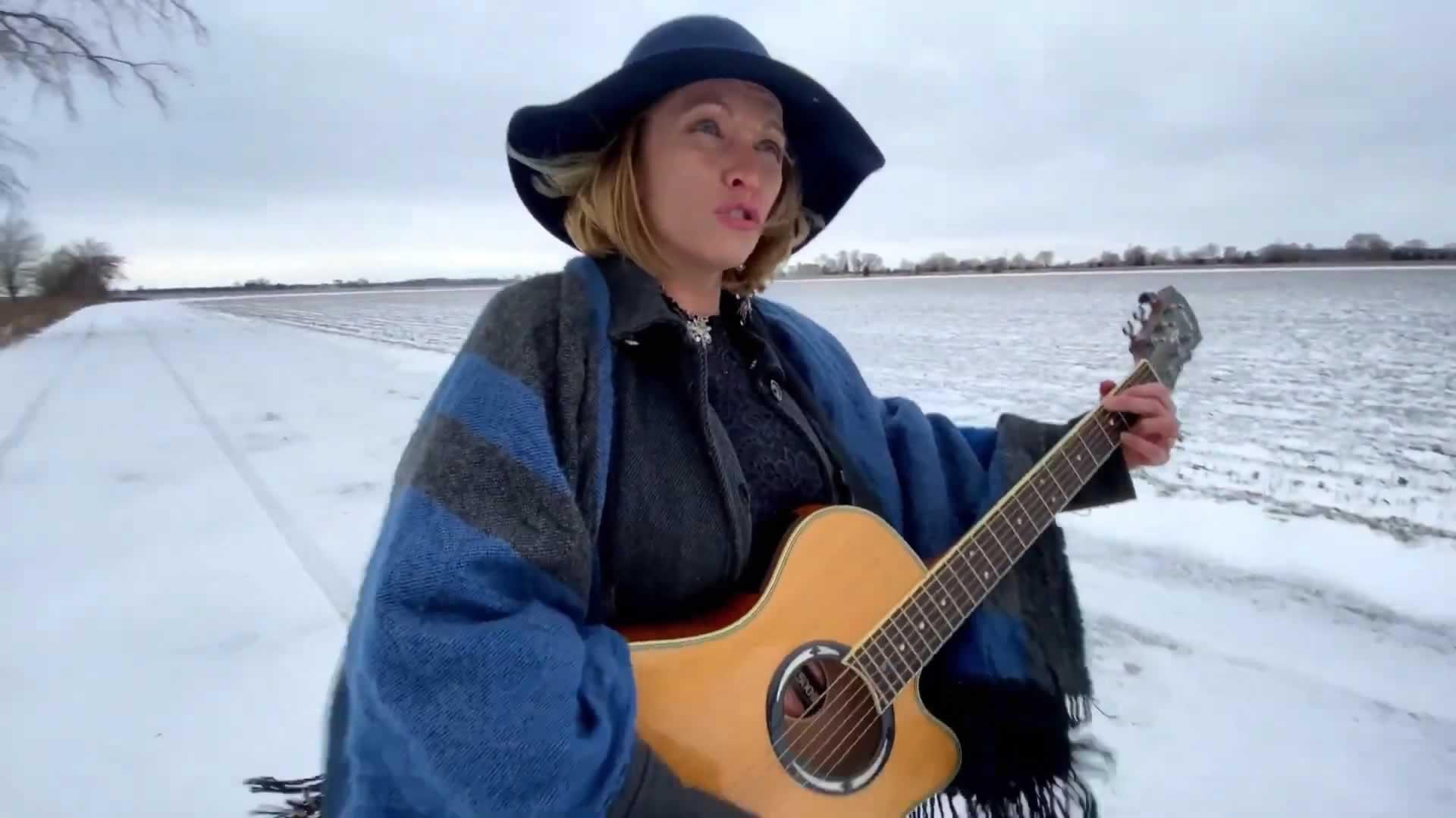 OPSEU/SEFPO Local 154 member Janice Hunter playing guitar and singing